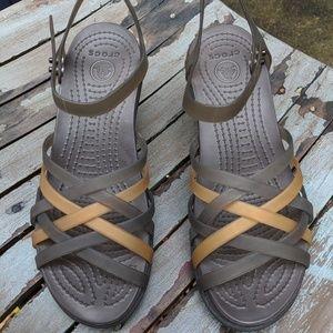 Women's Strappy Crocs Wedges Black & Tan Size 6